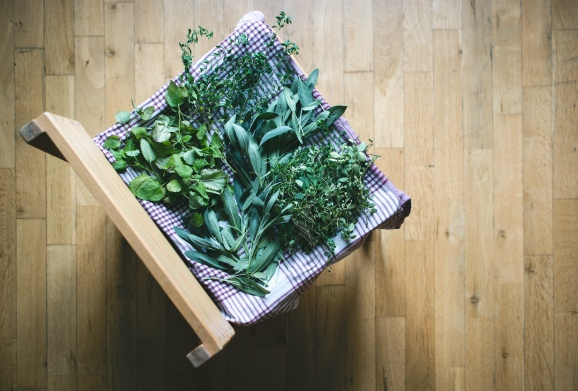 foodiesfeed.com_drying-herbs-at-home